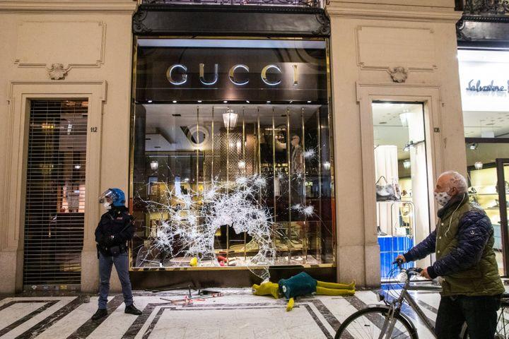 Thiệt hại và cướp bóc các cửa hàng ở trung tâm thành phố xảy ra sau khi những người biểu tình đụng độ với cảnh sát chống bạo động trong cuộc biểu tình chống lại lệnh phong tỏa do chính phủ áp đặt, ở Turin, Ý, vào ngày 26 tháng 10 năm 2020.
