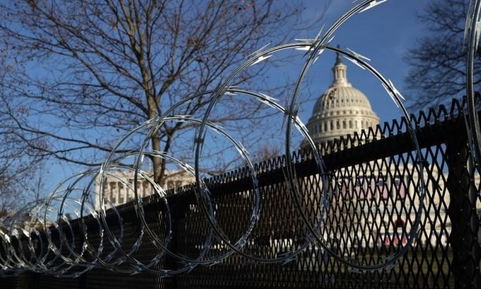 Hàng rào thép gai được dựng lên quanh tòa nhà quốc hội Mỹ ở thủ đô Washington hôm 14/1.