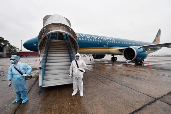 Hình: Việt Nam tạm dừng các chuyến bay từ Anh, Nam Phi
