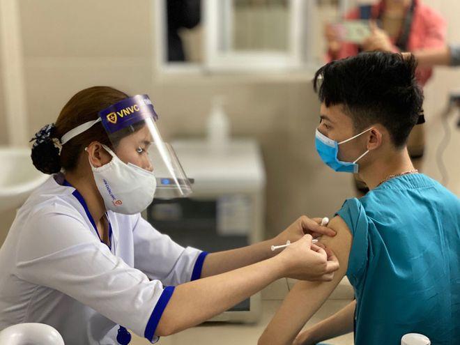 Nhân viên y tê tiêm vắc xin tại Hà Nội