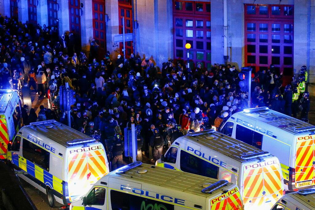 Người biểu tình bên ngoài đồn cảnh sát ở Bristol